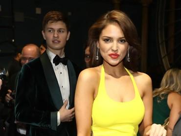 Si cantik Eiza Gonzales dan Ansel Elgort di belakang panggung. Matt Sayles/A.M.P.A.S via Getty Images.