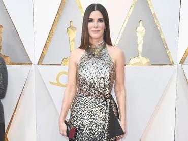 Sandra Bullock juga jadi sorotan karena tampil menawan dengan gaun hitam-silver.Frazer Harrison/Getty Images.