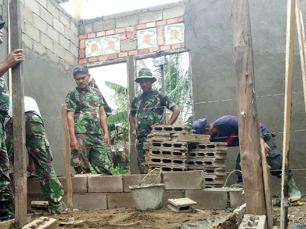 Tangis Dewi Melihat TNI Bedah Rumahnya yang Reyot di Tengah Kota