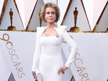 Selain itu adapula Jane Fonda yang juga tampil dengan dress putih. Frazer Harrison/Getty Images.