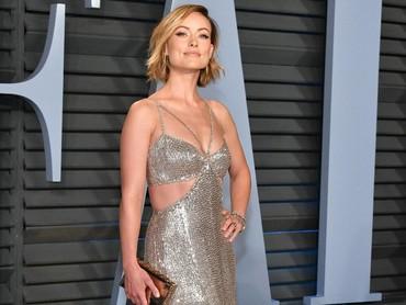 Olivia Wilde kembali menunjukan pesonanya lewat gaun silver.Dia Dipasupil/Getty Images.