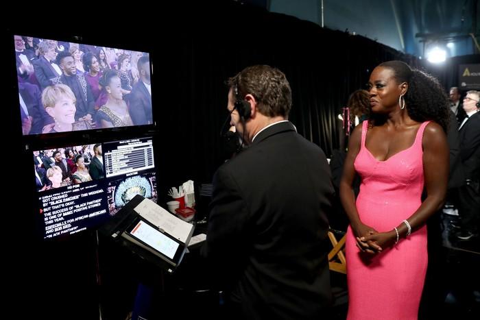 Viola Davis tampak sedang ikut mengontrol jalannya acara yang berlangsung di Dolby Theatre, Hollywood, AS pada Minggu (4/3). Matt Sayles/A.M.P.A.S via Getty Images.