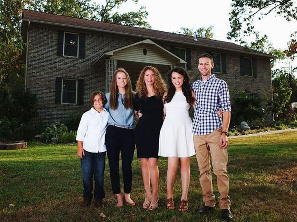 Hebat! Ibu 4 Anak Bangun Rumah Sendiri Pakai Tutorial di YouTube