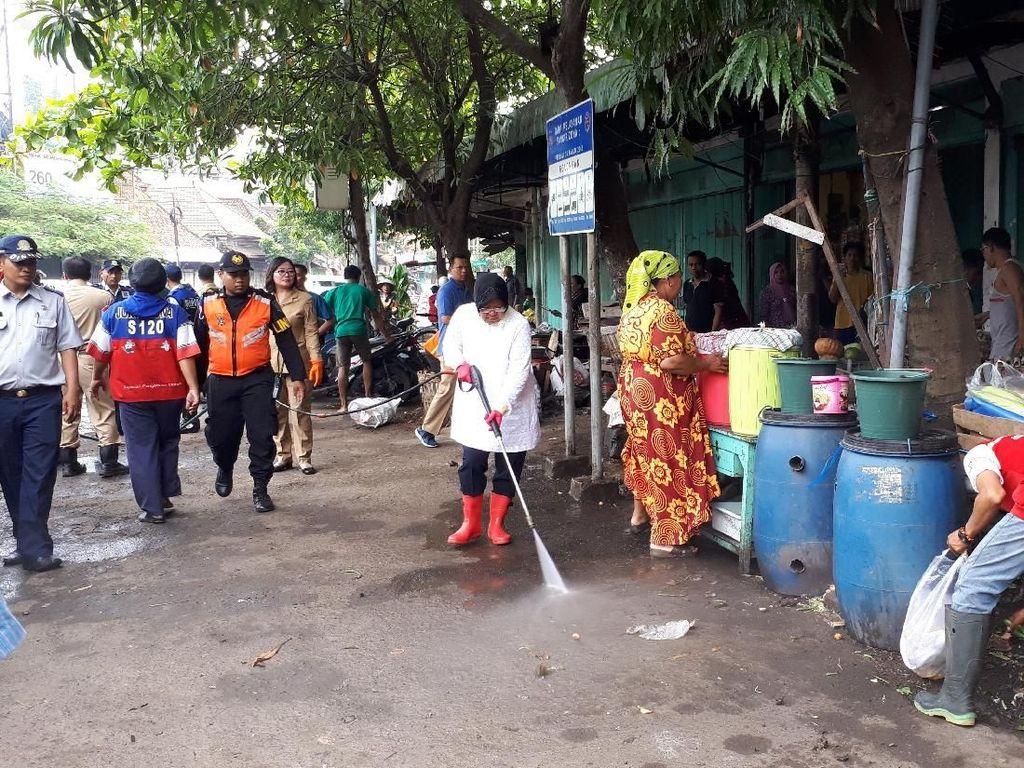 Risma Awali Senin dengan Sidak dan Bersih-bersih Pasar Keputran