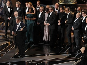 Guilermo Del Toro bersama seluruh kru dan pemain film The Shape of Water merayakan kemenangan mereka di kategori Best Picture. REUTERS/Lucas Jackson.