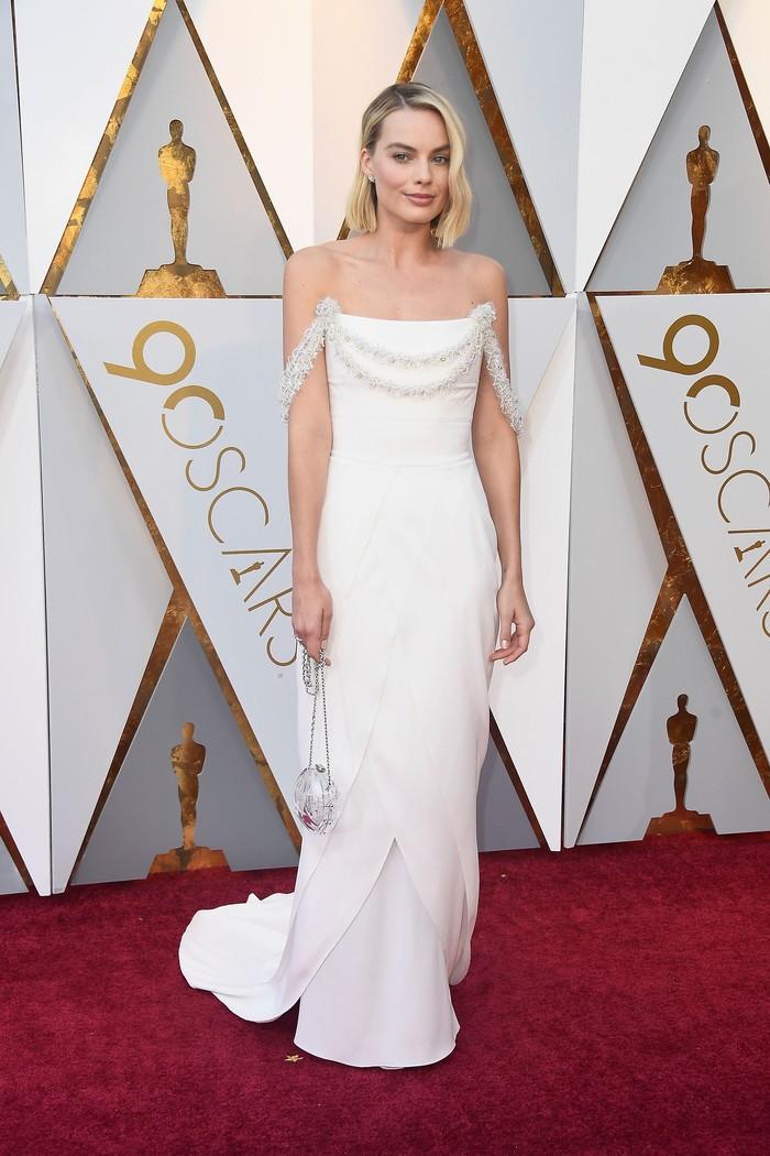 Margot Robbie tampil menawan dan anggun dengan gaun putihnya saat tampil di Dolby Theatre, Hollywood, AS pada Minggu (4/3) waktu setempat. Frazer Harrison/Getty Images.