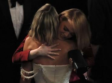 Pelukan Emma Stone kepada Margot Robbie saat di belakang panggung. REUTERS/Lucas Jackson.