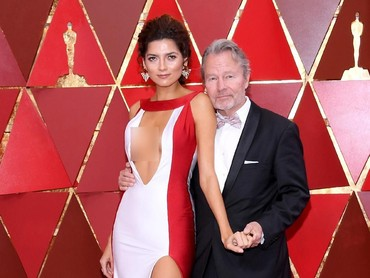 Ia tampil seksi dengan dress merah putih yang mengekspos dadanya tersebut.Kevork Djansezian/Getty Images.