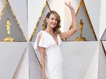 Aktris berusia 51 tahun itu memilih tampil anggun dengan dress putih. Frazer Harrison/Getty Images.