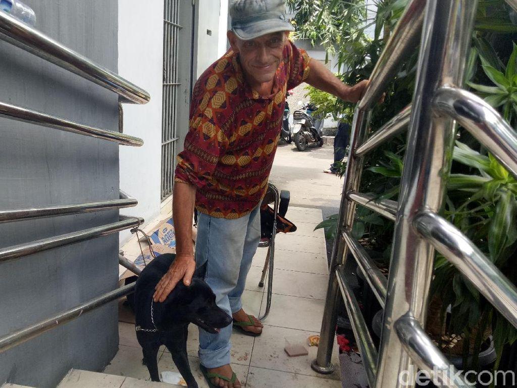 Foto: Obey, Anjing yang Setia Temani Ian Bule Luntang-lantung