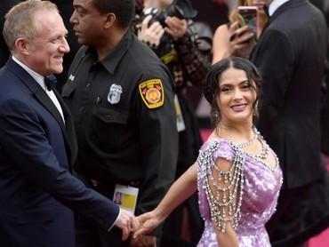 Salma Hayek tampil dengan sang suami, Francois-Henri Pinault saat tiba di Dolby Theatre, Hollywood, AS pada Minggu (4/3) waktu setempat. Matt Winkelmeyer/Getty Images.