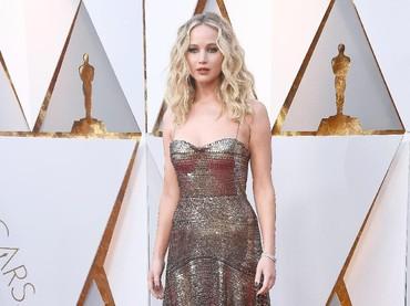 Ia tampil menawan dengan gaun metalik dari Dior. Frazer Harrison/Getty Images.