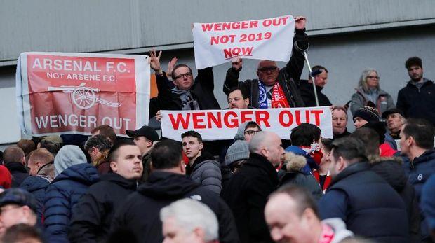 Spanduk Wenger Out muncul di banyak stadion tempat Arsenal main