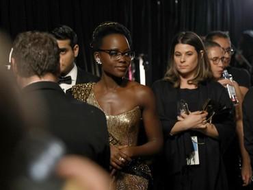 Lupita Nyongo tampil berkacamata sebelum naik ke atas panggung. Matt Sayles/A.M.P.A.S via Getty Images.