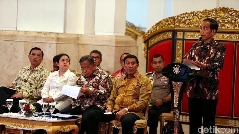 Jokowi ke Menteri: Kendalikan Harga Beras
