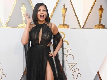 Senada dengan Zendaya, Taraji P. Henson memilih gaun semi transparan berwarna hitam untuk menambah keseksiannya. Frazer Harrison/Getty Images.