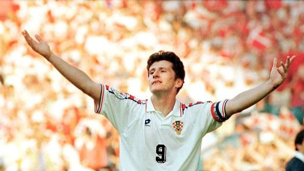 Croatian striker Davor Suker celebrates after scoring his second goal against Denmark in their group D European Nations soccer championship match in Sheffield, 16 June 1996. Croatia defeated the defending champions, 3-0. / AFP PHOTO / VINCENT AMALVY
