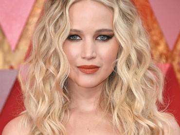 Ia tampil menawan dengan pulasan makeup dan lipstik merah.Neilson Barnard/Getty Images.