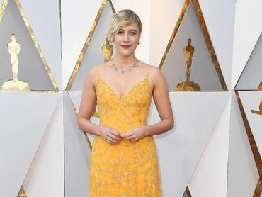 Greta Gerwig juga mencuri perhatian dengan dress kuningnya itu. Frazer Harrison/Getty Images.