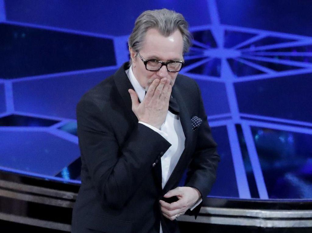Gary Oldman Bangga Bisa Menang Oscar karena Perankan Winston Churchill