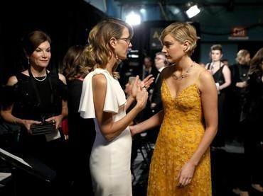Greta Gerwig tampak sedang mengobrol dengan aktris senior Laura Dern. Matt Sayles/A.M.P.A.S via Getty Images.