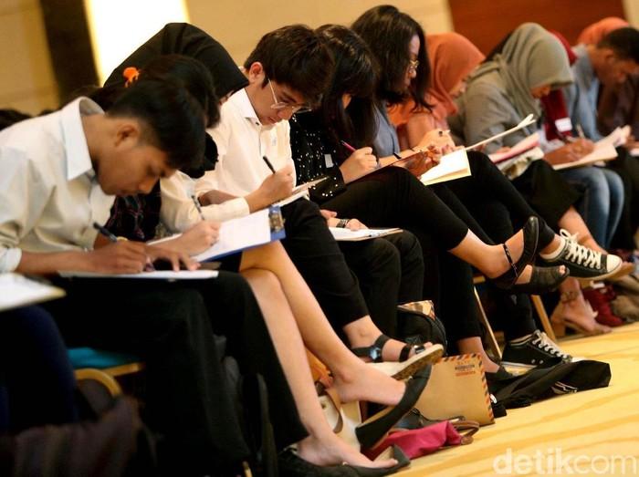 Transmedia Digital Development Program Jakarta  Para pencari kerja melakukan tes psikotes dalam ajang Transmedia Digital Development Program Jakarta, Senin (5/3/2018). Grandyos Zafna/detikcom