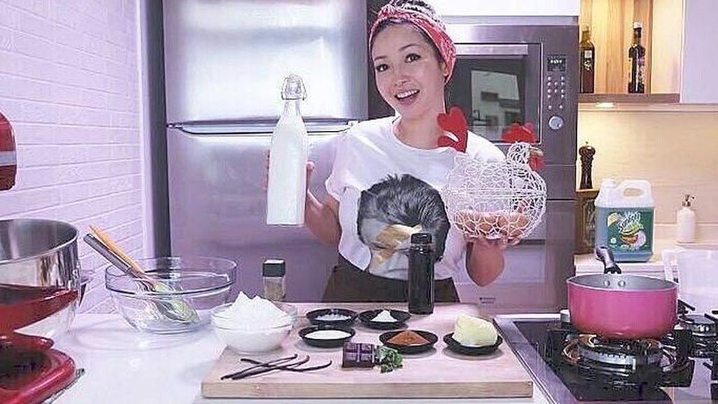 Ini 10 Potret Chef Marinka yang Tetap Cantik Saat Masak dan Makan