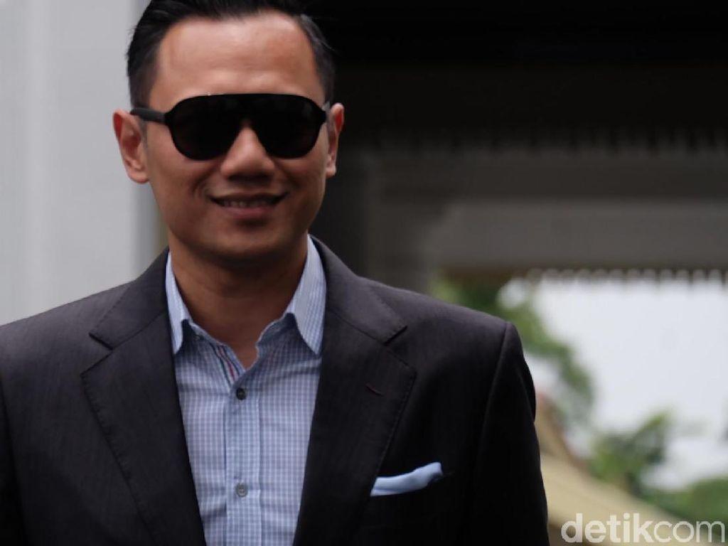 Gaya AHY Berkacamata Hitam Usai Bertemu Jokowi di Istana