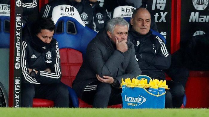 Mourinho sulit duduk tenang saat MU dijamu Crystal Palace di Selhurst Park. Di laga itu MU sempat ketinggalan dua gol lebih dulu sebelum mulai merintis kebangkitan. (Foto: Action Images via Reuters/Matthew Childs)