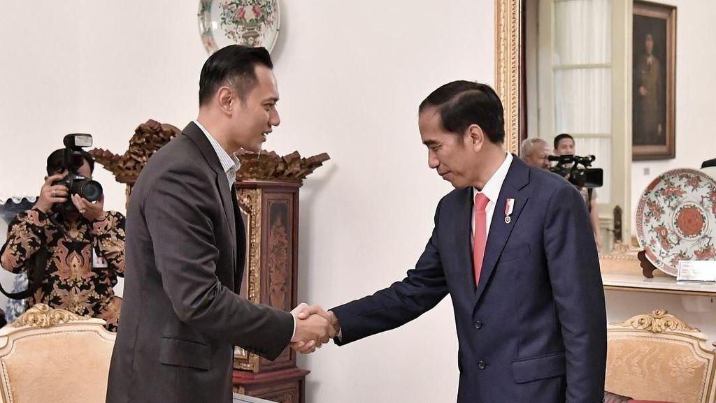 Jabat Tangan Jokowi-AHY di Istana