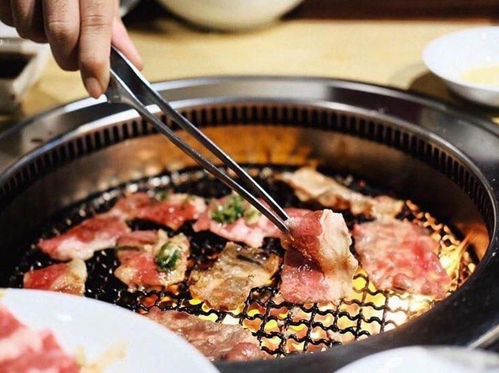 Asyiknya Bersantap dengan Daging Panggangan Sendiri di Restoran Yakiniku
