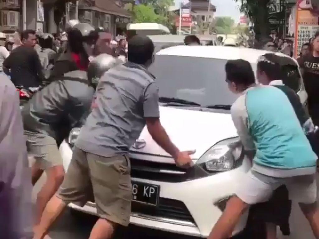 Enteng Banget! Agya Parkir Sembarangan Digotong Warga Bali