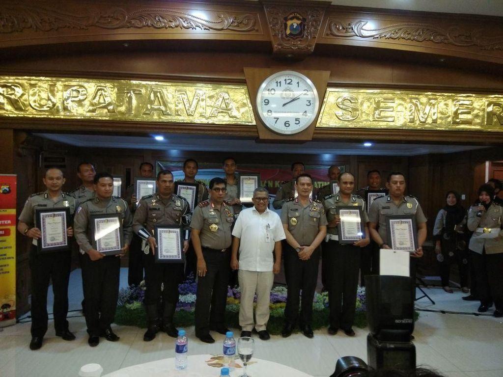 Kapolda Jatim Beri Penghargaan 12 Polisi Berprestasi