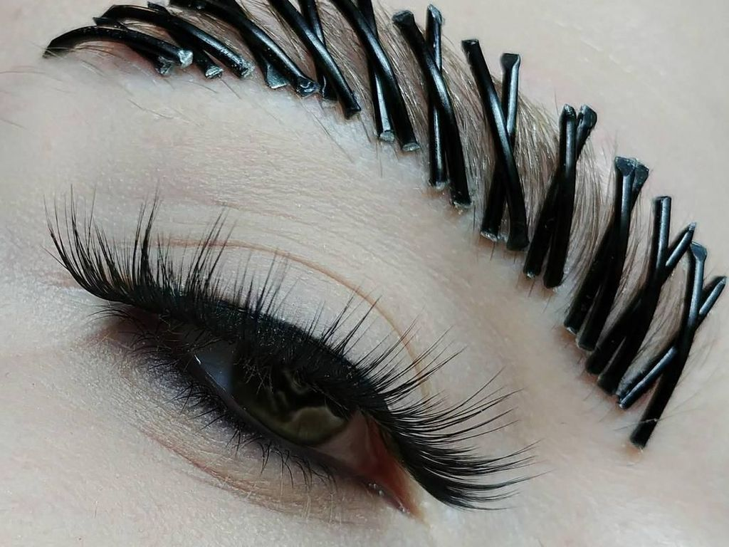 Foto: Makeup Artist Buat Riasan Ekstrem, Alis Paku Hingga Bibir Peniti