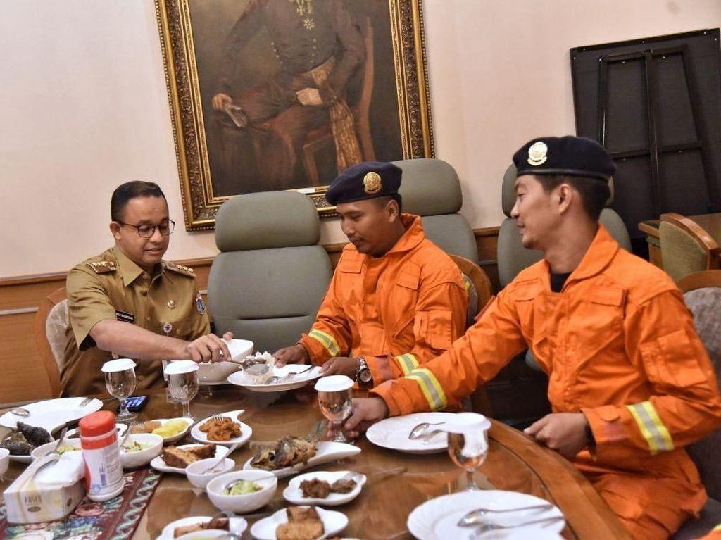 Momen Anies Menjamu Petugas Damkar DKI Makan Siang