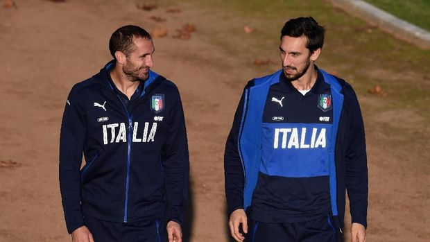 FLORENCE, ITALY - NOVEMBER 10:  Giorgio Chiellini (L) and Davide Astori of Italy chat prior to the training session at Coverciano on November 10, 2015 in Florence, Italy.  (Photo by Claudio Villa/Getty Images)