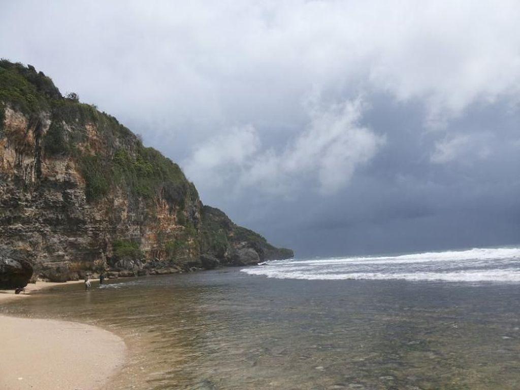 Pantai Ngrumput, Serasa Liburan di Pantai Pribadi