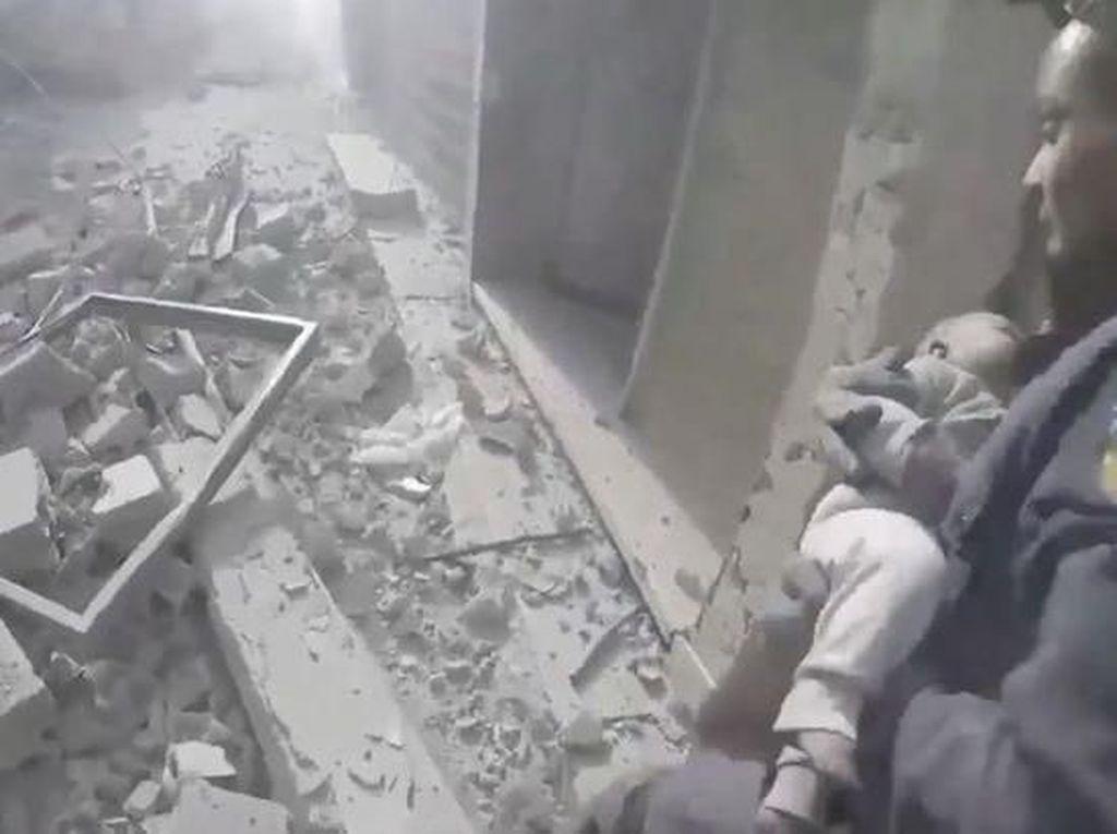 Ajaib! Bayi Ini Masih Hidup Saat Ditarik dari Reruntuhan di Suriah