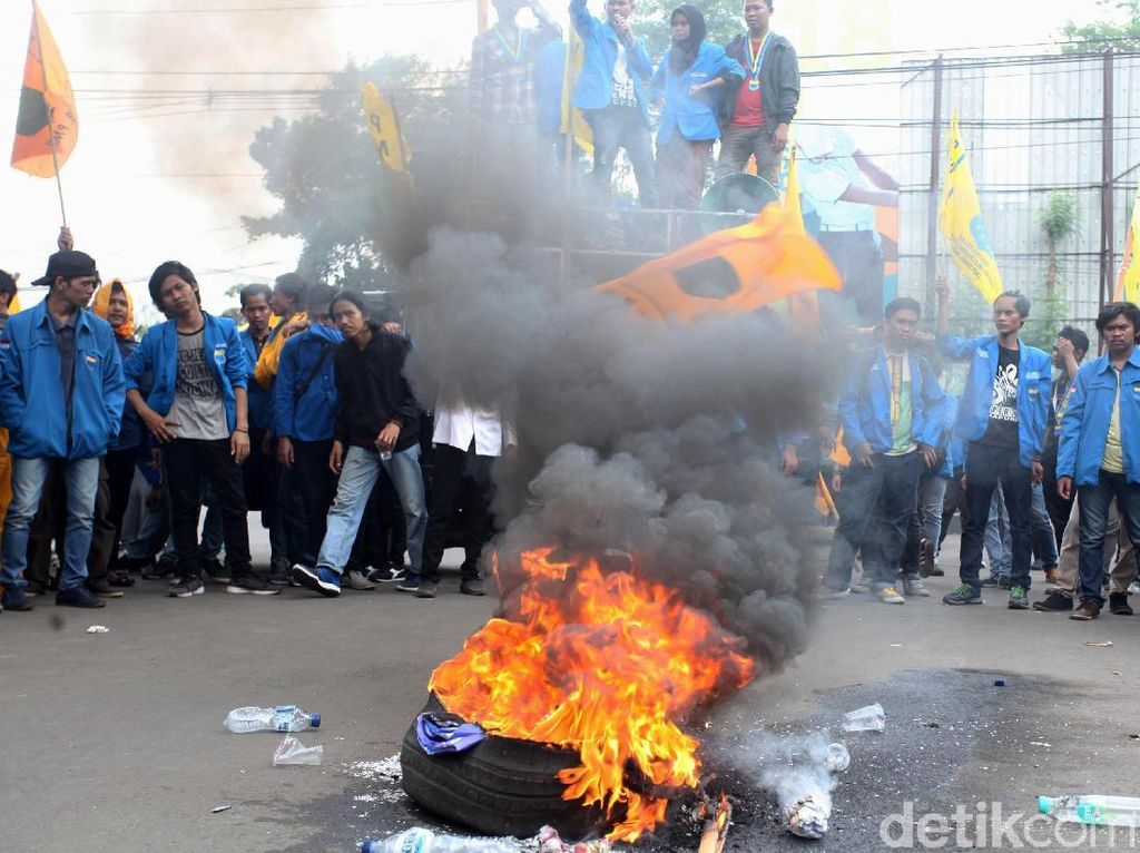 Bakar Ban Bekas Warnai Demo Tolak UU MD3