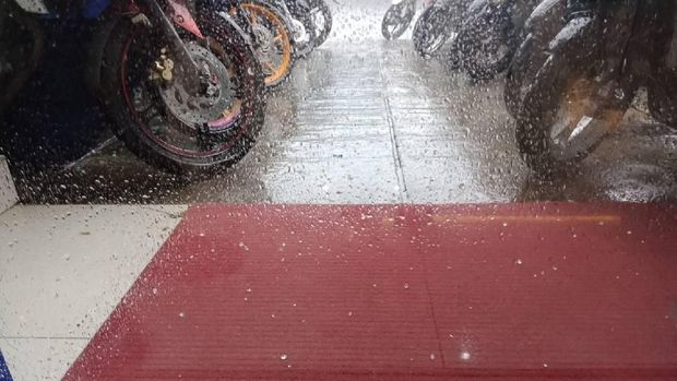 Hujan Es dan Angin Kencang di Bojongsoang Bandung Robohkan Neon Box
