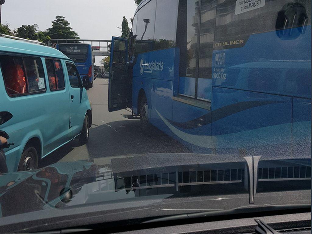 TransJ Cek Foto Viral Bus Turunkan Penumpang di Tengah Jalan