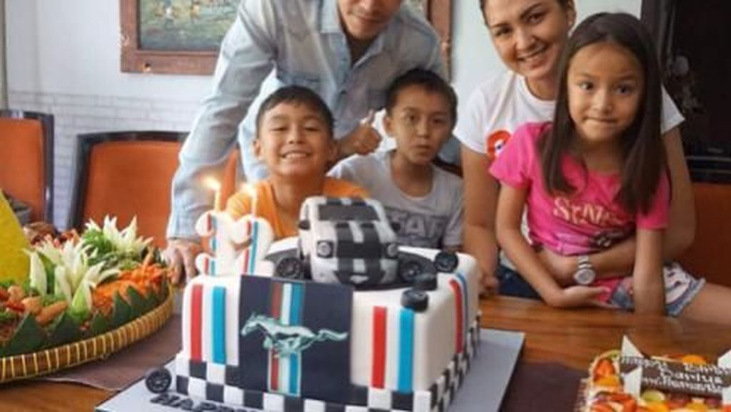 Serunya! 10 Momen Ketika Darius Menikmati Makan Bersama Keluarga