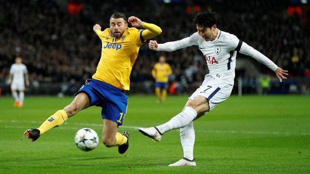 Son Heung Min bawa Tottenham unggul di babak pertama.