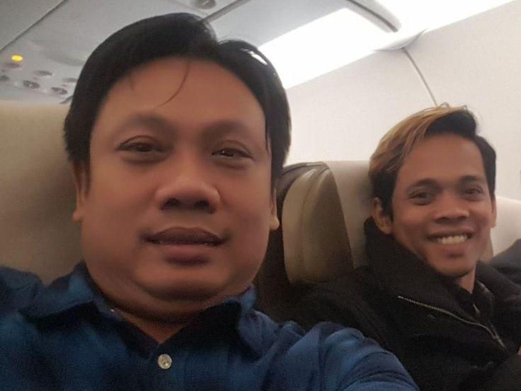 Bebas dari Hong Kong, Cak Percil-Cak Yudho Selfie di Pesawat Pulang