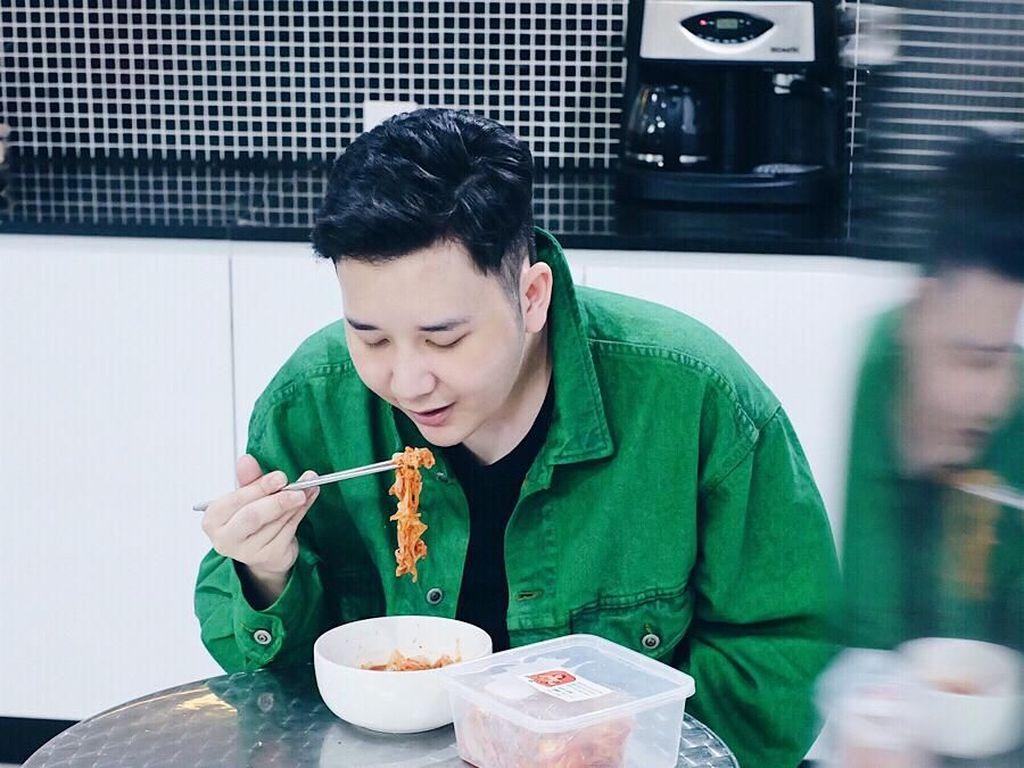10 Foto Keseruan Rangga Mantan Personil SMASH Saat Nikmati Kopi dan Makan Enak