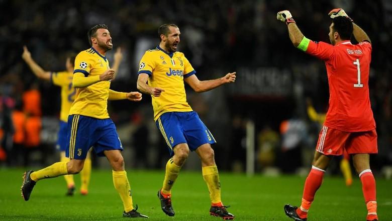 Buffon Serahkan Ban Kapten Juventus ke Chiellini