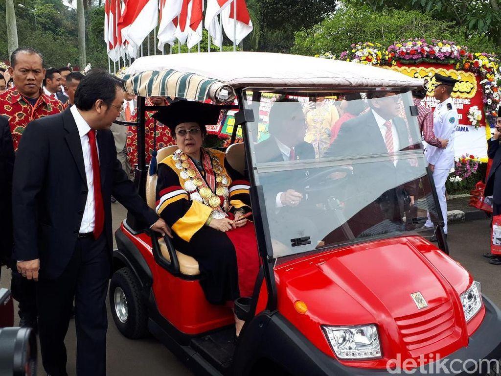 Melihat Momen Megawati Disopiri Tjahjo dan Terima Honoris Causa IPDN