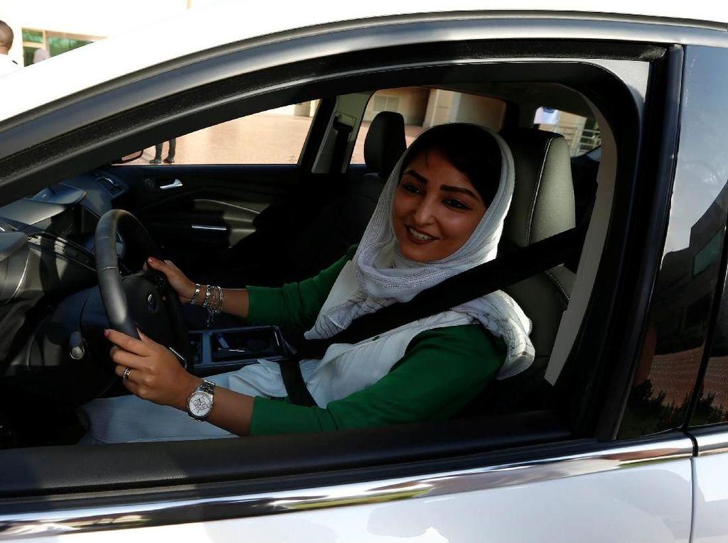 Wajah Bahagia Perempuan Saudi Saat Latihan Menyetir Mobil