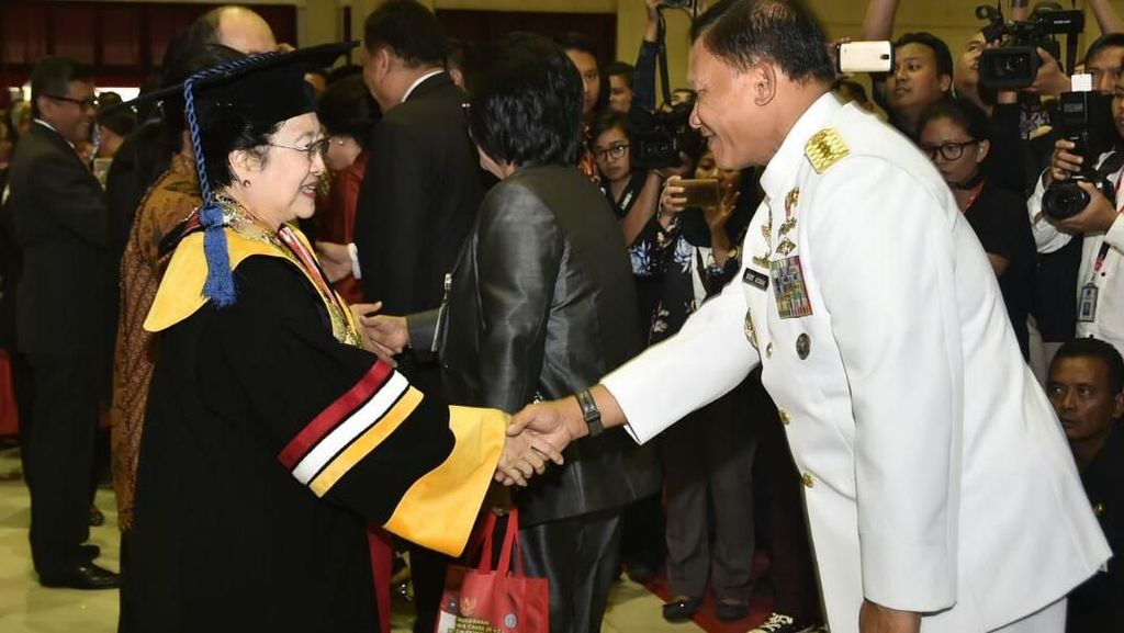 Megawati Terima Gelar Doktor Honoris Causa dari IPDN