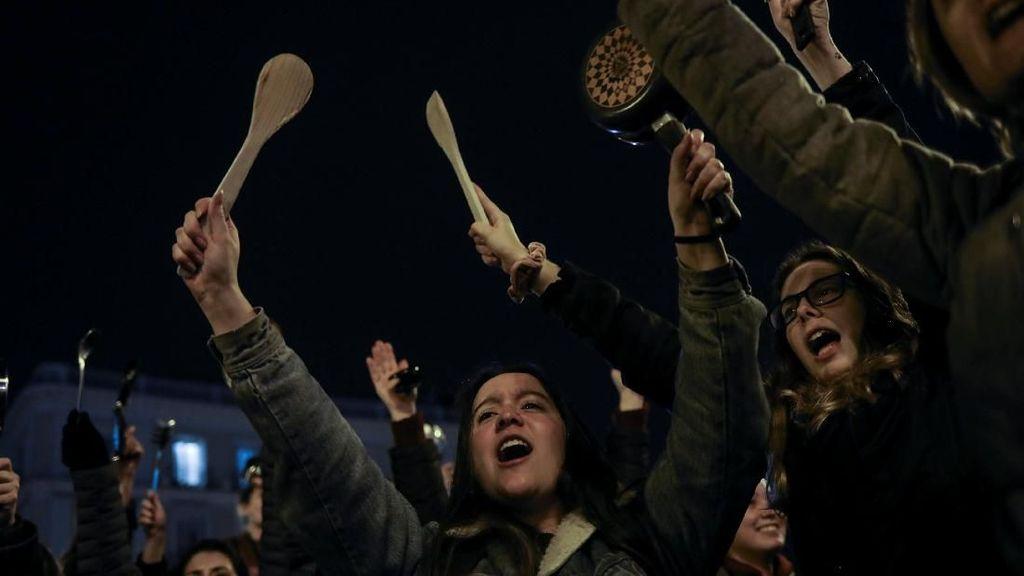 Foto: Demo Bawa Panci di Spanyol di Hari Perempuan Internasional